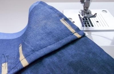 10. Rögzítsd talpszéles varrattal a zsebet