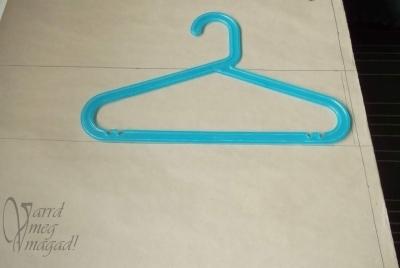 7. Helyezd be a vonalak közé a vállfádat
